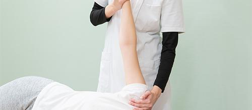 患者の身体をチェックしてる女性